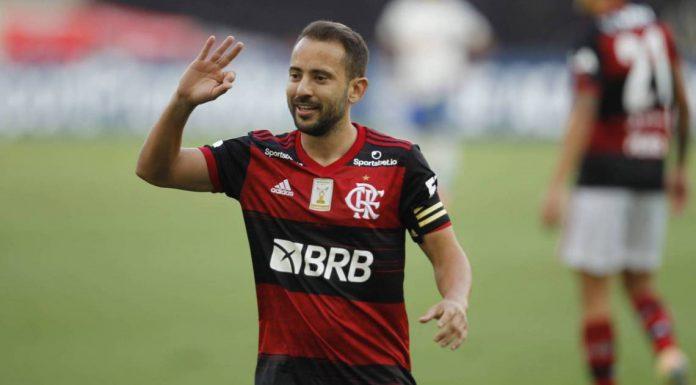 Everton Ribeiro chega no hotel em que está o Flamengo, mas Gabigol não aparece em Curitiba