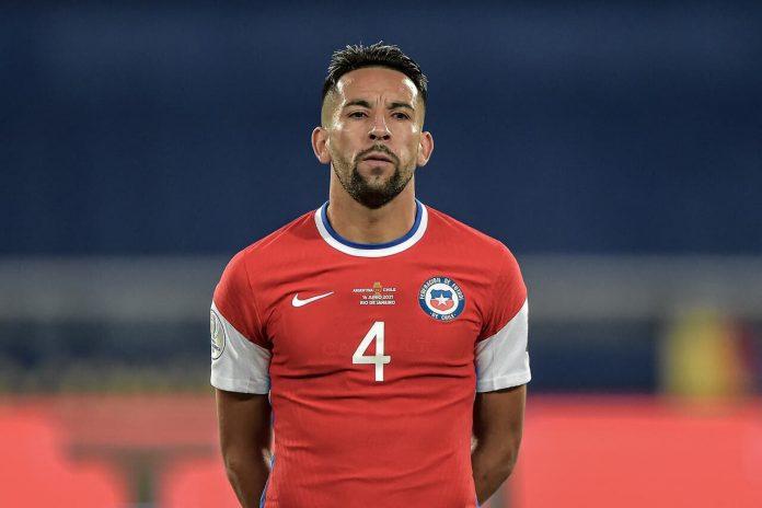Abre o olho Diego Alves! Isla se destaca como goleiro durante treino do Chile